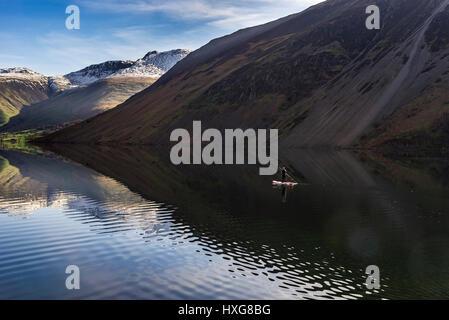 Ein einsamer Paddlebaorder o0n das Flatcalm Wasser der tiefste - Stockfoto
