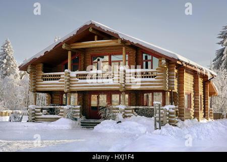 Blockhaus mit großen Fenstern, Balkon und Veranda, modernes ...