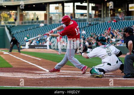 Charlotte, NC, USA. 28. März 2017. NC State Catcher Brad Debo (12) verbindet in der NCAA Baseball-Matchup an BB - Stockfoto