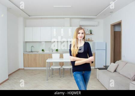 Immobilienmakler präsentiert modernes Haus an Client, zeigt Frau die Küche. - Stockfoto
