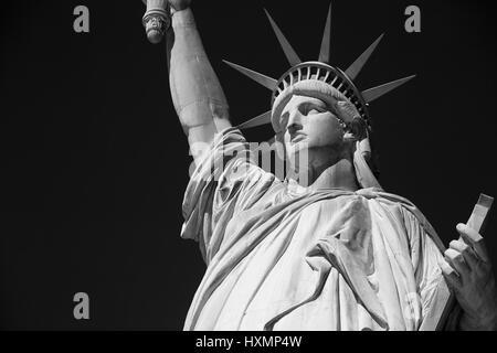 Freiheitsstatue, schwarz und weiß mit schwarzen Himmel in New York - Stockfoto