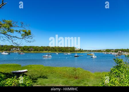 Pleaasure Boote legen vor Anker in Ryders Bucht aus Pleasant Bay in der Nähe von Chatham auf Cape Cod in Massachusetts. - Stockfoto