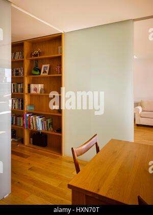 Innenansicht der Wohnbereich mit Schiebetür. Wohnung Dun Laoghaire, Dun Laoghaire, Irland. Architekt: Eamon Peregrine - Stockfoto