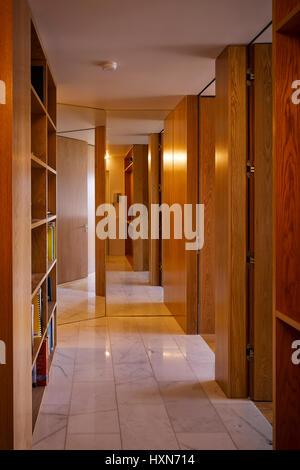 Innenansicht der Korridor zeigt Holz Täfelung und Fliesenboden. Wohnung Dun Laoghaire, Dun Laoghaire, Irland. Architekt: - Stockfoto