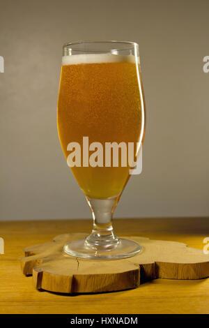 Volles Glas Bier auf einem grauen Hintergrund - Stockfoto