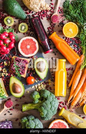 Gesunde vegane Ernährung. Sandwiches und frisches Gemüse auf hölzernen Hintergrund. Detox-Diät. Verschiedene bunte - Stockfoto