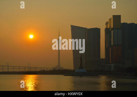 Macao, China - 8. Januar 2013: Skyline von Macau Stadt am Außenhafen vor Sonnenuntergang. Die Stadt unterhält weltweit - Stockfoto