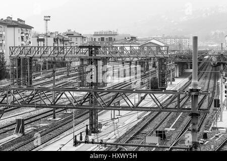 Trento, Italien - 21. März 2017: Gleise am Bahnhof mit Oberleitungen. Ein Zug wartet auf eine der Plattformen. In - Stockfoto