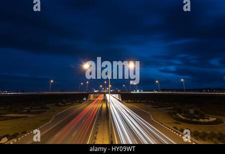 Lichtspuren von Autos bewegen schnell spät am Abend auf einer Autobahn von Nikosia, Zypern. Konzept der high-Speed. - Stockfoto
