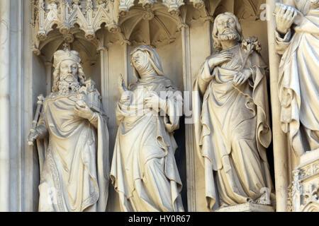 Statue von Westportal der gotischen Kirche Maria bin Gestade in Wien, Österreich - Stockfoto