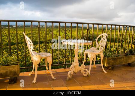 White Vintage Schmiedeeisen Garten Möbel Von Leeren Runden Tisch