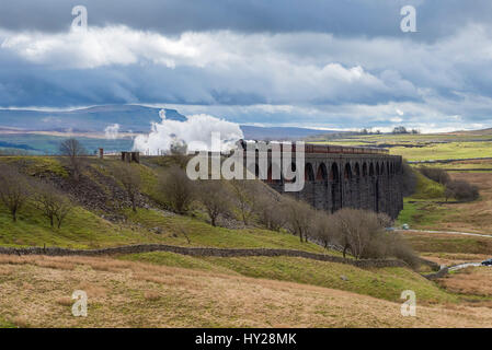 Ribblehead, North Yorkshire, UK. 31. März 2017. Die ikonischen Dampf Lokomotive LNER-Klasse A3 60103 Flying Scotsman, - Stockfoto