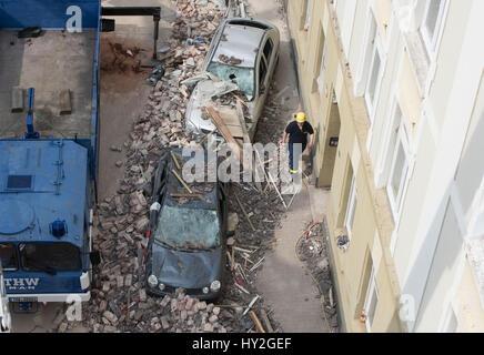 Dortmund, Deutschland. 1. April 2017. Beschädigte Autos vor einem Mehrfamilienhaus sehen, die bei einer Explosion - Stockfoto