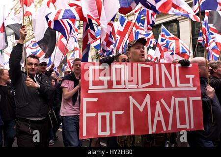 Paul Golding und Jayda Fransen an Anti-islamische März und Rallye durch die Londoner der englischen Verteidigung - Stockfoto
