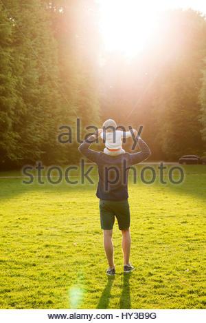Schweden, Skåne, Malmö, Vater mit Sohn (18-23 Monate) in Park - Stockfoto