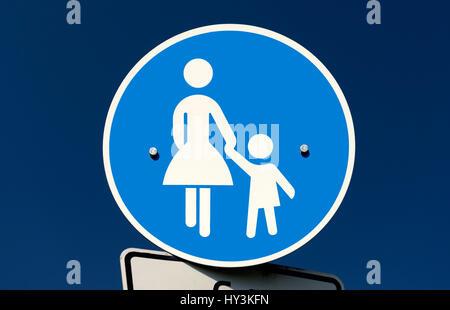 Straße Zeichen besonderer Weise Fußgänger, Verkehrsschild Sonderweg Fußgänger - Stockfoto