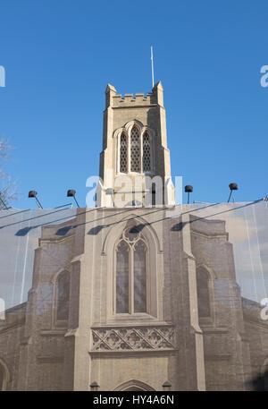 Restaurierung und Reparaturen an St. Johannes Kirche in Fulham, West LondonNorth End Road Strassenmarkt in Fulham, - Stockfoto