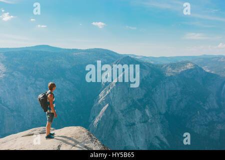 USA, California, Yosemite National Park, Mann stand am Taft Point - Stockfoto
