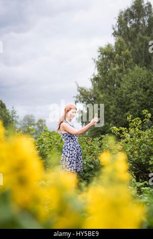Finnland, Pirkanmaa, Tampere, Frau Natur fotografieren - Stockfoto