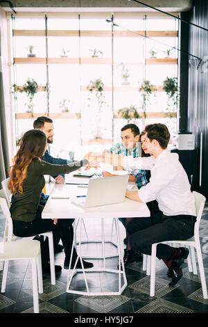 Kreative Gruppe von Designern, die Hände zusammen zu setzen.
