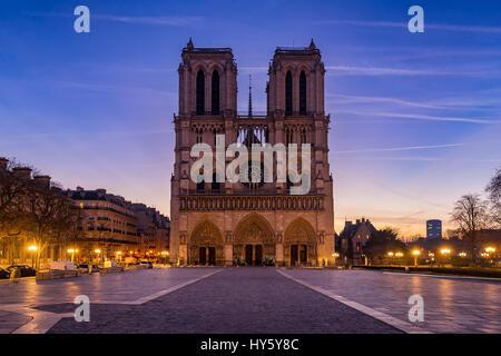 Kathedrale Notre Dame de Paris bei Sonnenaufgang. Ile De La Cite, Parvis Notre Dame (Place Jean-Paul II), 4. Arrondissement, - Stockfoto