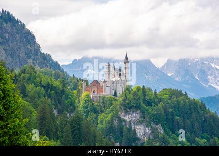 Ursprüngliche Ansicht des weltberühmten Schloss Neuschwanstein am Tag, Deutschland, Europäische Wahrzeichen. - Stockfoto