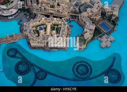 Vereinigte Arabische Emirate, DUBAI - ca. Januar 2017: The Dubai Fountain und Burj Khalifa Lake vom Burj Khalifa - Stockfoto