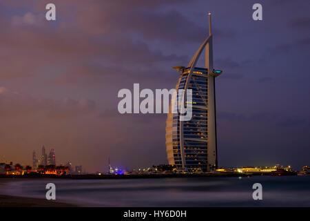 Vereinigte Arabische Emirate, DUBAI - ca. Januar 2017: Burj Al Arab in der Morgendämmerung, die nur 7-Sterne-Hotel - Stockfoto