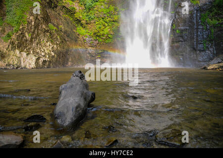 Ein Wasserfall in den tropischen Wald von Ghana. - Stockfoto