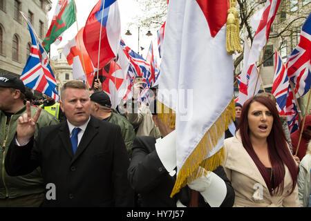 London, UK. 1. April 2017. Großbritanniens erste Führer Paul Golding (L) und Jayda Fransen während einer Protestaktion - Stockfoto