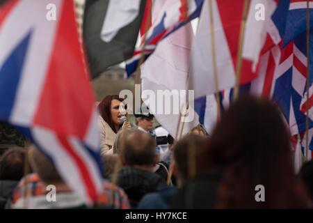 London, UK. 1. April 2017. Jayda Fransen, stellvertretender Leiter der Britain First, befasst sich einen Protest - Stockfoto