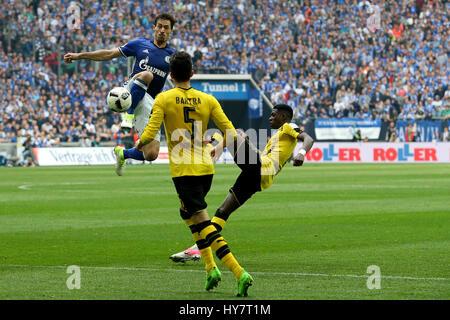 Gelsenkirchen. 1. April 2017. Benjamin Stambouli (L) des FC Schalke 04 wetteifert mit Ousmane Dembele (R) und Marc - Stockfoto