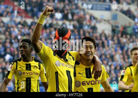 Gelsenkirchen. 1. April 2017. Pierre-Emerick Aubameyang (L2) von Borussia Dortmund feiert mit seinen Teamkollegen - Stockfoto