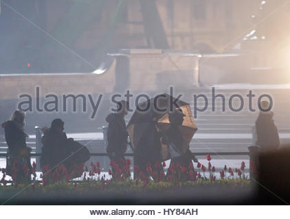 Datei Foto datiert 04.01.17 von Emily Blunt (sichtbar hinter Regenschirm) vorbereiten, eine Szene aus der Fortsetzung - Stockfoto