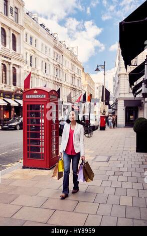 Eine junge Japanerin, shopping in London - Stockfoto