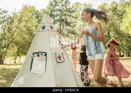 Kleine Kinder spielen draußen in der Sonne - Stockfoto