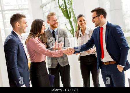 Business Partner Handshake nach Vereinbarung mit Mitarbeitern in der Nähe von - Stockfoto