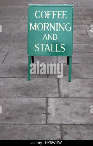Kaffee am Morgen: Eine Sandwichplatte Werbung für einen Kaffee am Morgen und Stände - Stockfoto