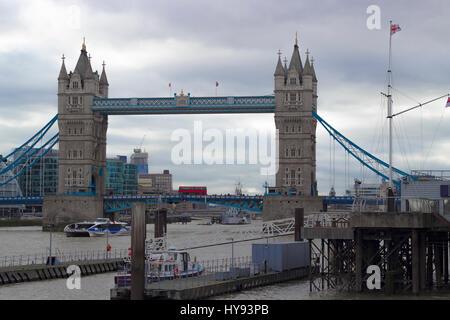 Roten britischen Bus Fahrt über den berühmten und legendären Tower Bridge von London über die Themse in England, - Stockfoto