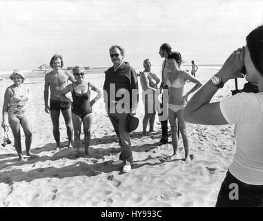 Deutschen Bundes Kanzler Willy Brandt (M) mit deutschen Touristen am Strand von Jandia Playa auf Fuerteventura, - Stockfoto