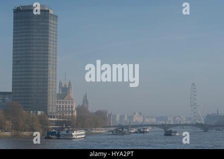 London, UK. 3. April 2017. Großbritannien Wetter. Nebel/Smog hängt über der Themse und London. Bildnachweis: Guy - Stockfoto