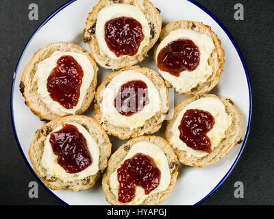 Scones mit Clotted Cream und Erdbeermarmelade auf schwarzem Hintergrund - Stockfoto