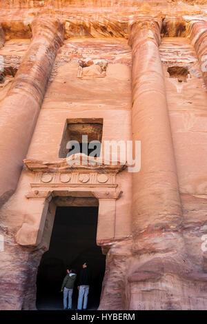 PETRA, Jordanien - 21. Februar 2012: Touristen in Tür der Urne Königsgrab in der antiken Stadt Petra. Felsen-schneiden - Stockfoto