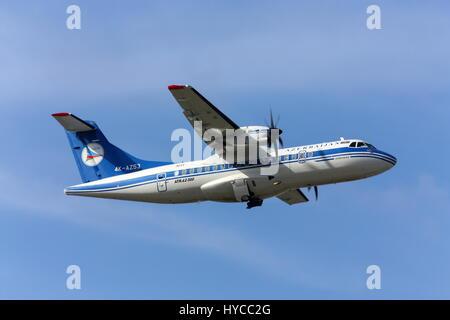 Flugzeug ATR42 Airlines zieht AZAL, Rostow am Don, Russland, 29. Oktober 2010