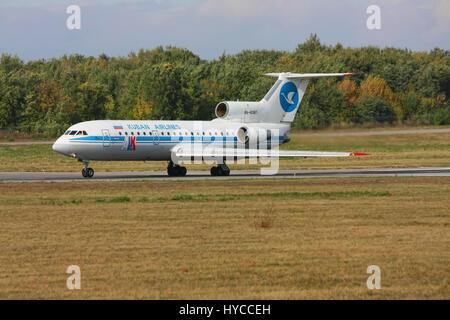 Die Yak-42 Flugzeuge beschleunigt vor dem Take-off, Rostow am Don, Russland, 13. Oktober 2010. Das Flugzeug der mittlerweile aufgelösten Fluggesellschaft ALK (Kuban Airlines