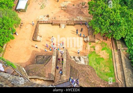 SIGIRIYA, SRI LANKA - 27. November 2016: The Lion's Gate und der mittleren Terrasse von Sigiriya Festung von der - Stockfoto