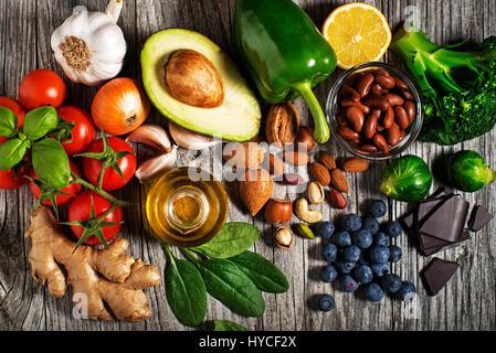 Auswahl an gesunden Speisen auf hölzernen Hintergrund. Gesunde Ernährung Lebensmittel für Herz Cholesterin und Diabetes. - Stockfoto