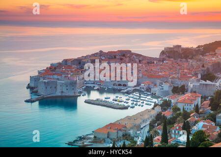 Dubrovnik, Kroatien. Schöne romantische Altstadt von Dubrovnik während des Sonnenuntergangs. Stockfoto