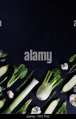 Verschiedene frische grüne Farbe Gemüse auf dunklem Hintergrund. Knolling Stil, Ansicht von oben kopieren Raum.
