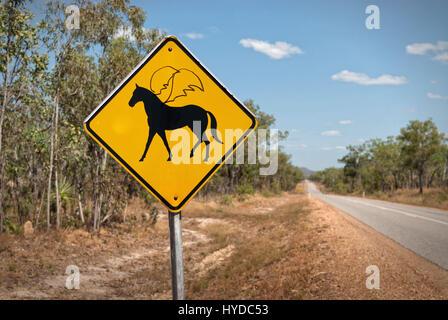 Humorvolle verunstaltete Warnzeichen zeigen geflügelte Pferde voraus. Northern Territories, Australien - Stockfoto